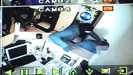 Diese Aufnahmen stammen vom Überfall im Mai 2011: Brutal zwangen die Räuber damals die Angestellte zur Herausgabe von Bargeld