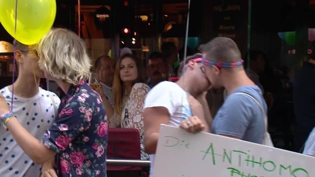 Wilde Knutsch-Demo vor Nelson Pub
