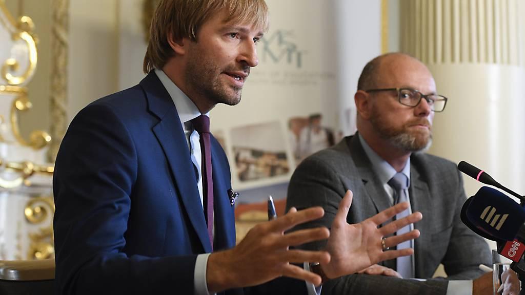 Robert Plaga (r), Bildungsminister in Tschechien, und Adam Vojtech Gesundheitsminister von Tschechien, informieren sich bei einer Pressekonferenz über die Maßnahmen zum Schutz vor dem Coronavirus in Schulen. Foto: Ondøej Deml/CTK/dpa