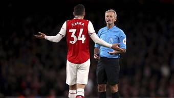 Granit Xhaka diskutiert mit dem Schiedsrichter.