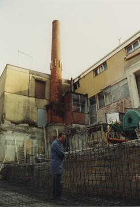 Brennerei Humbel Stetten feiert ihr 100-Jahr-Jubiläum. Im Bild: Maximilian Humbel inspiziert die Baugrube, 1991