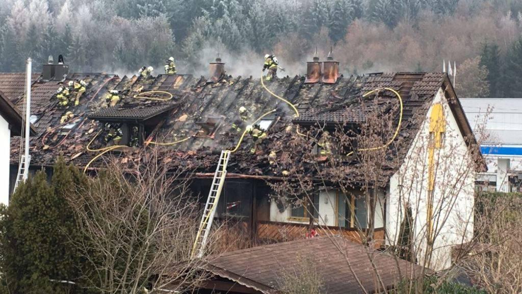 Die drei vom Brand betroffenen Reihenhäuser in Dättwil AG. Dahinter liegt die Bahnlinie Zoifingen-Lenzburg.