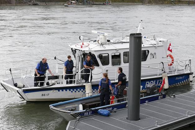Das Polizeiboot konnte zwei der vier Personen retten.