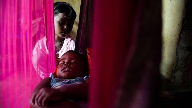 Die siebenjährige Suhirthana muss sich alleine um ihre zweijährige Schwester kümmern. Unterstützt wird sie einzig durch ihren Grossvater, der das wenige Geld das er verdient, für Alkohol ausgibt.