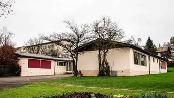 Oscosa-Areal mit zwei ehemaligen provisorischen Schulpavillons, im Hintergrund die Schulanlage Halde.