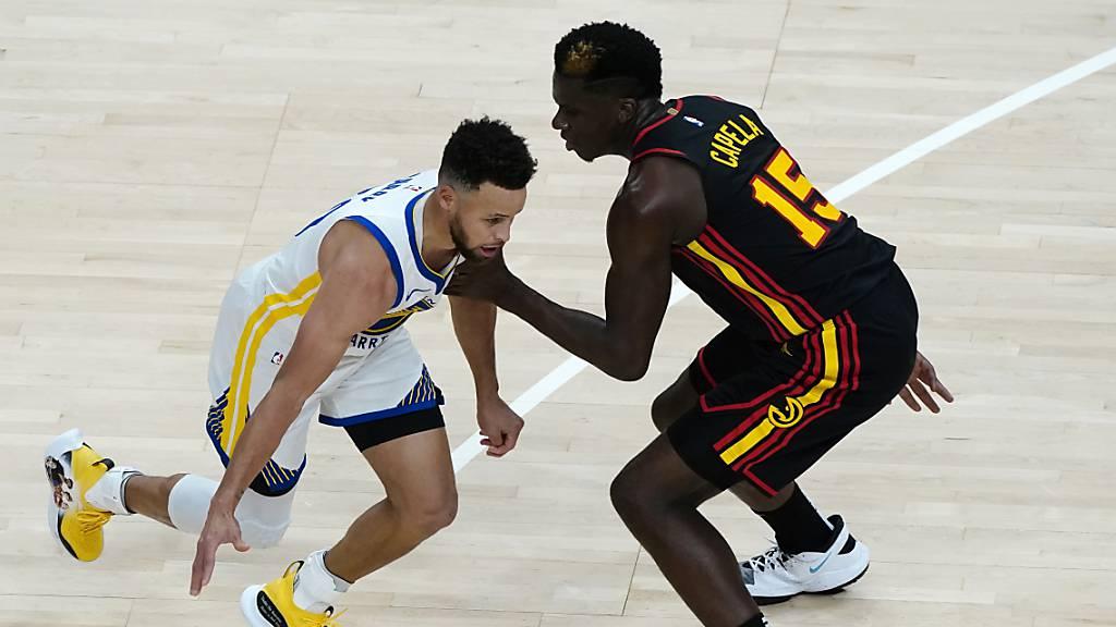 Clint Capela (rechts) beim Versuch, Superstar Stephen Curry zu stoppen.