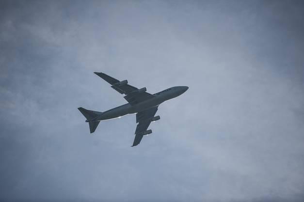 Flieger transportiert Flieger: Der Jumbo bringt die Solar Impulse zurück in die Schweiz.