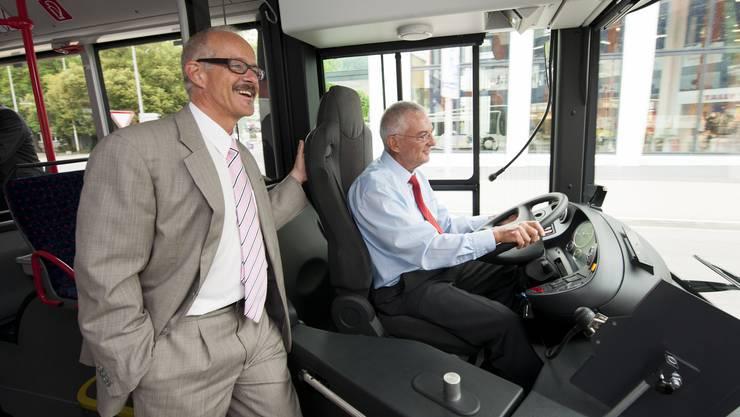 RVBW Direktor Stefan Kalt (stehend) und Verwaltungsratspräsident Walter Hugentobler (am Steuer) testen den Hybridbus