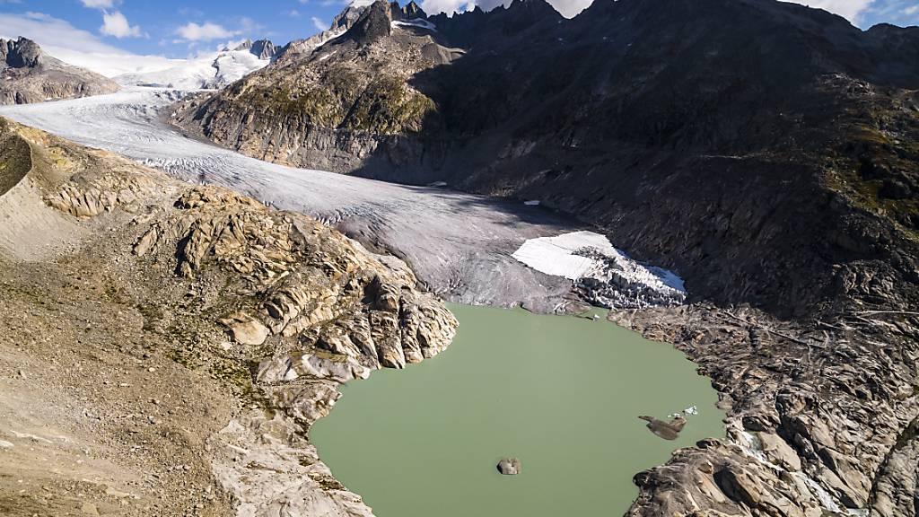 Der See am Fusse des Rhonegletschers ist nur ein Beispiel dafür, wie sich das Landschaftsbild in den Alpen im Zuge des Klimawandels verändert. (Archivbild)