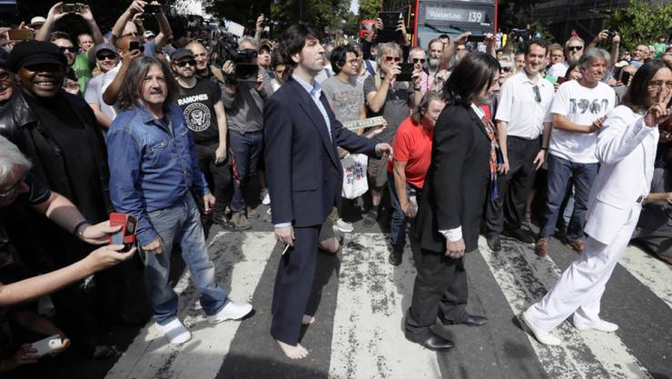"""Stau am Fussgängerstreifen: Beatles-Fans feiern in London das 50-jährige Jubiläum des legendären """"Abbey Road""""-Albumcovers."""