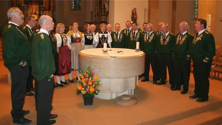 Der gut besetzte Verein Guldenthaler Jodler bei seinem Konzert in der Pfarrkirche St. Martin.