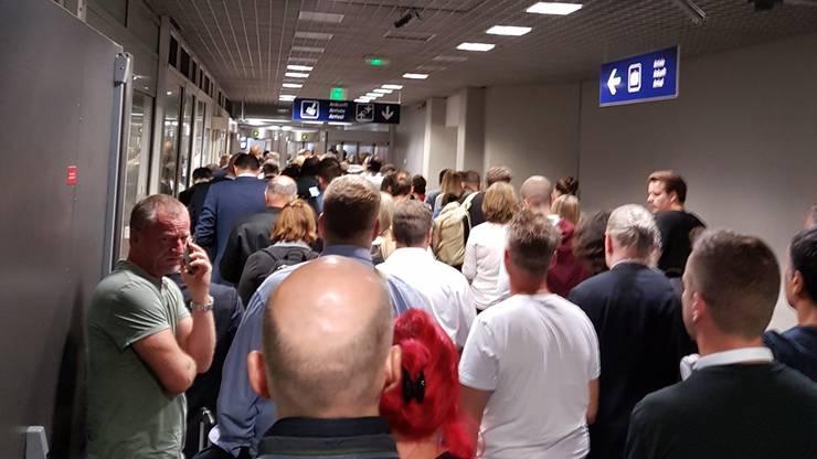 Geduldsprobe auch bei der Ankunft: Ankommende Passagiere am EAP.