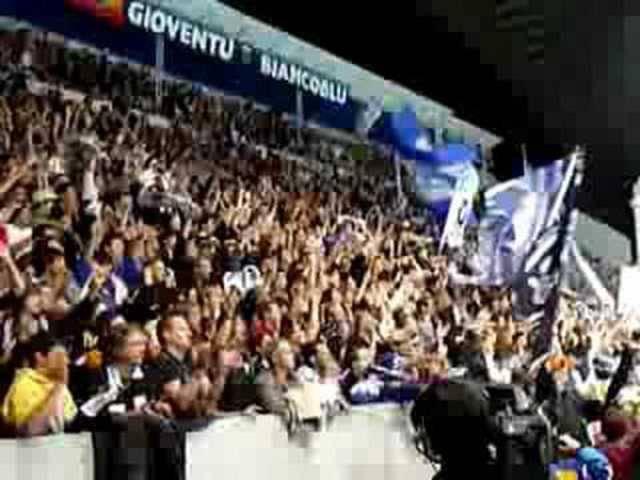 """Die Tifosi singen die Hymne """"La Montanara"""" nach jedem Sieg ihrer Mannschaft."""