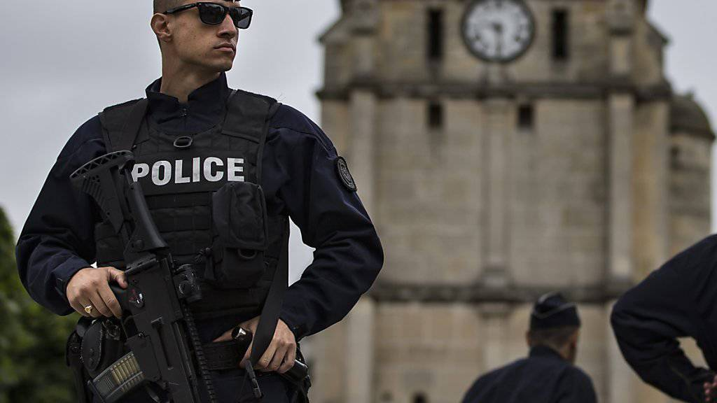 Polizisten bewachen die Kirche in Saint-Etienne-du-Rouvray, nachdem ein islamistischer Angreifer dort Geiseln genommen und den Priester getötet hat. (Archiv)