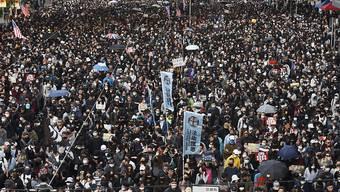Sechs Monate nach dem Beginn der Protestwelle in Hongkong haben sich Hunderttausende zu einer Massenkundgebung versammelt.