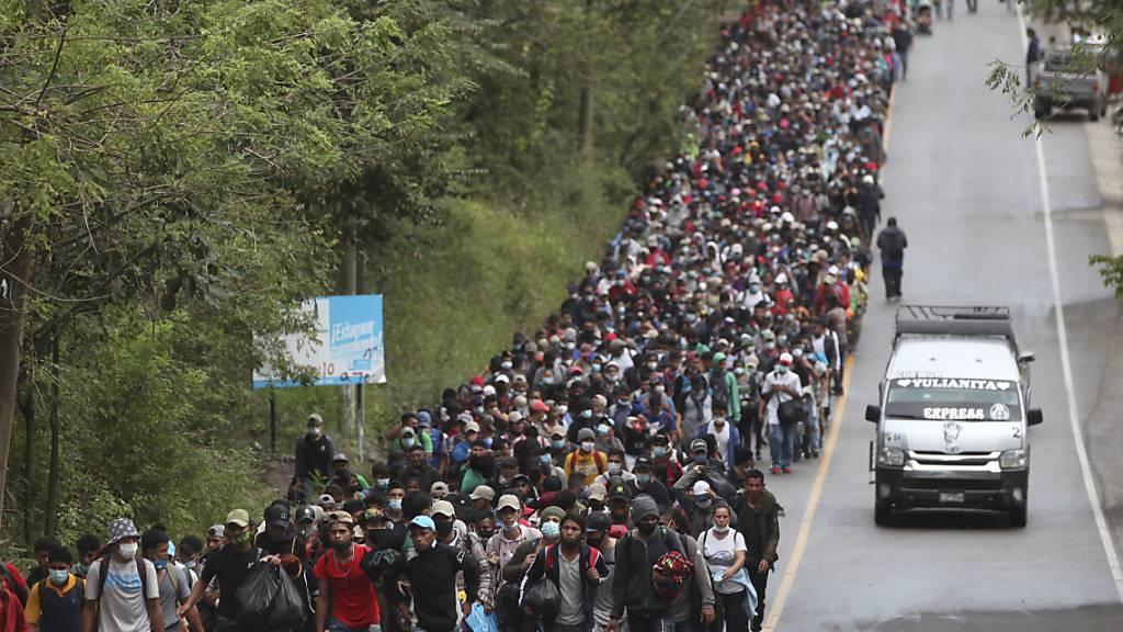 Migranten, die hoffen, die US-Grenze zu erreichen, gehen in Guatemala entlang einer Autobahn. Foto: Sandra Sebastian/AP/dpa