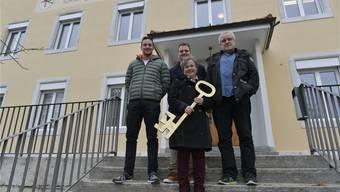 Den Gemeindeschlüssel gibt Gemeindepräsidentin Barbara Leibundgut erst an Hilari her. Neu geht er nicht mehr an Res Bur (rechts), sondern an Yves Cutrona und Ramon Zumstein (v.l.), welche die Bettlacher Fasnacht verantworten.
