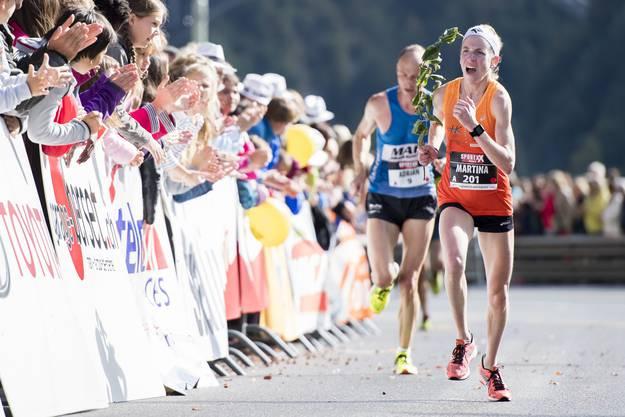 Martina Strähl läuft am Murtenlauf 2016 dem Sieg entgegen.