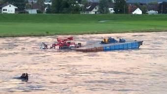 40-Tonnen-Plattform treibt führerlos den Rhein hinunter.
