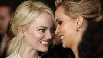 Auch wenn das hier nicht so aussieht: Emma Stone (links) und Jennifer Lawrence sind (auch) Freundinnen. (Archivbild)