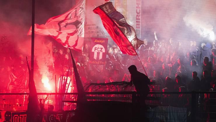 Die Pyros der FCZ-Fans halfen, die Sicht zu verbessern. Ihr Platzsturm hingegen führte fast zu schweren Krawallen.