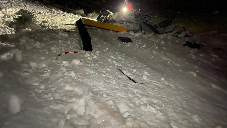 Erst kurz vor Mitternacht konnten die Retter zu Fuss und mit einem Schneemobil zur Absturzstelle gelangen.