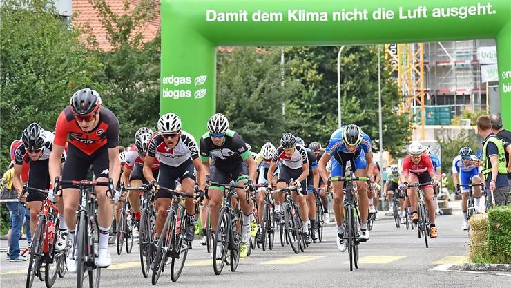 Der spätere Sieger Reto Müller vom BMC Development Team (vorne links) führt das Feld während der 100 Runden ums Oltner Bifangschulhaus an.