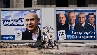 Wer wird gewinnen? Wahlplakate für Benjamin Netanjahu und die Partei von Benny Gantz (rechts) in Tel Aviv.