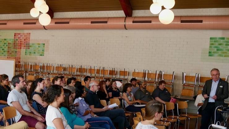 Stefan Hug begrüsst die Teilnehmerinnen und Teilnehmer zum Netzwerk-Workshop.