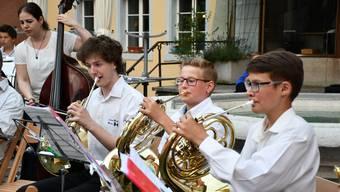 Beim Erdbeeribrunnen in der Brugger Altstadt findet in der Büscheliwoche traditionsgemäss am Dienstagabend das Konzert der Jugendmusik Brugg statt.