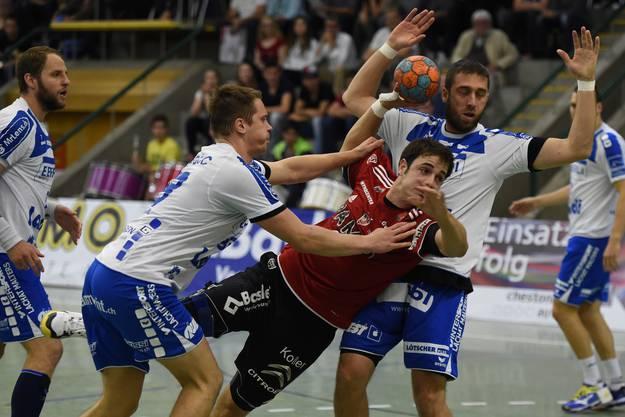 Mathias Kasapidis (Mitte, Suhr) gegen Vukasin Stojanovic (links) und Boris Stankovic (rechts, beide Kriens).