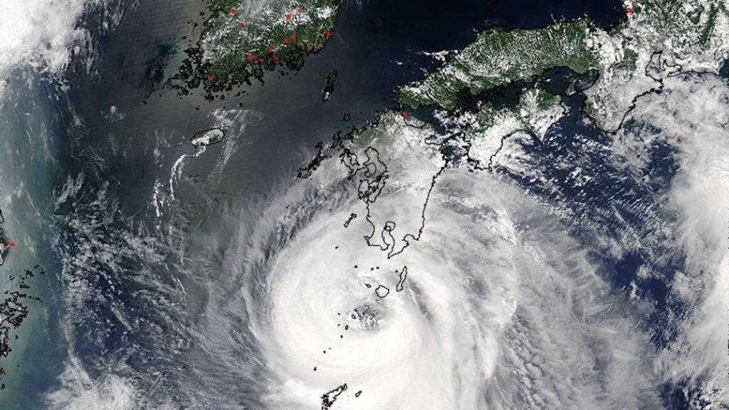 """Der Taifun """"Noru"""" hat die japanischen Hauptinseln erreicht und schweren Regen ausgelöst. Mehr als 130'000 Menschen in Zentral- und Westjapan wurden aufgefordert, ihre Häuser zu verlassen."""