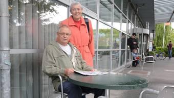 Auf diesem Stuhl passierte es: Anton Thommen mit seiner Frau Gertrud vor der Aarauer Spital-Cafeteria.