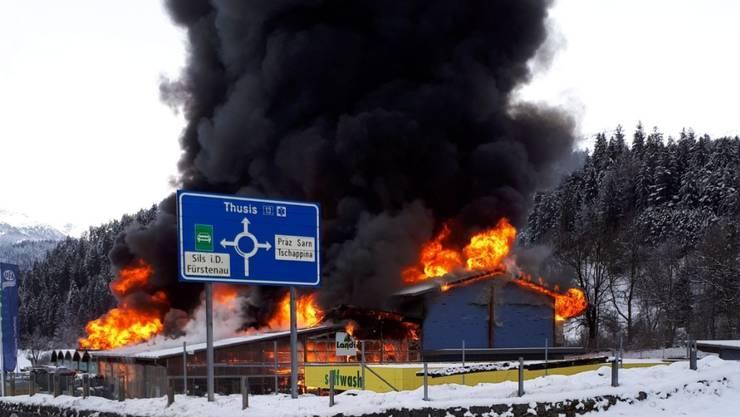 Meterhohe Flammen und eine dicke Rauchsäule: Das Landi-Gebäude in Thusis GR im Vollbrand.
