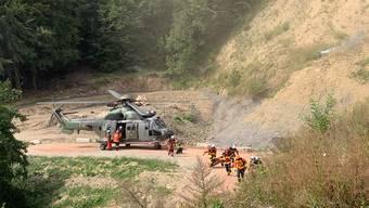 Mit Helikopter, Hightechdrohne und klassischen Hilfsmitteln trainierten die Einsatzkräfte unter simulierten Bedingungen den Ernstfall bei einem Flur- und Waldbrand.