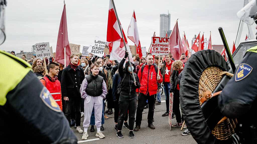 Tausende Menschen demonstrieren in Rotterdam für bezahlbare Wohnungen