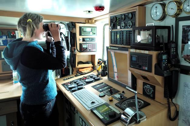 Die erste Offizierin Birte Lohmann auf der Brücke des Schiffs.