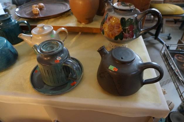 Verschiedenste Teekrüge aus Keramik