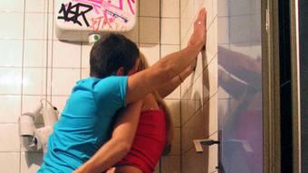 Der Täter vergewaltigte die Frau auf einer Toilette (Symbolbild).