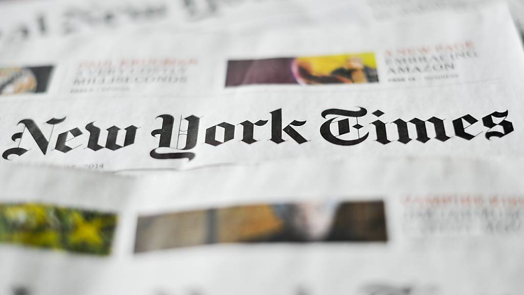 ARCHIV - ILLUSTRATION - Verschiedene Ausgaben der Zeitung «New York Times» liegen auf einem Tisch. (zu dpa: ««New York Times» verlegt Teil ihres Hongkong-Büros nach Seoul») Foto: Ole Spata/dpa