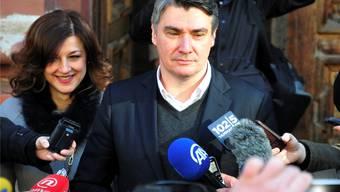 Kroatiens Premierminister Zoran Milanovic gibt beim Verlassen des Wahllokals ein Statement ab. ap/Keystone