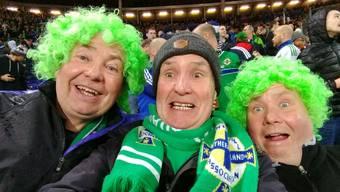 Immer gut drauf und immer friedlich: Gary Thompson (links) und die Fans der nordirischen Nationalmannschaft on Tour − auf dem Bild in Hannover.