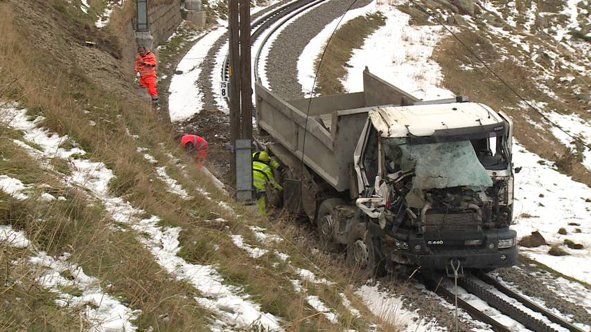 Andermatt (UR): Lastwagen stürzt auf Bahntrassee