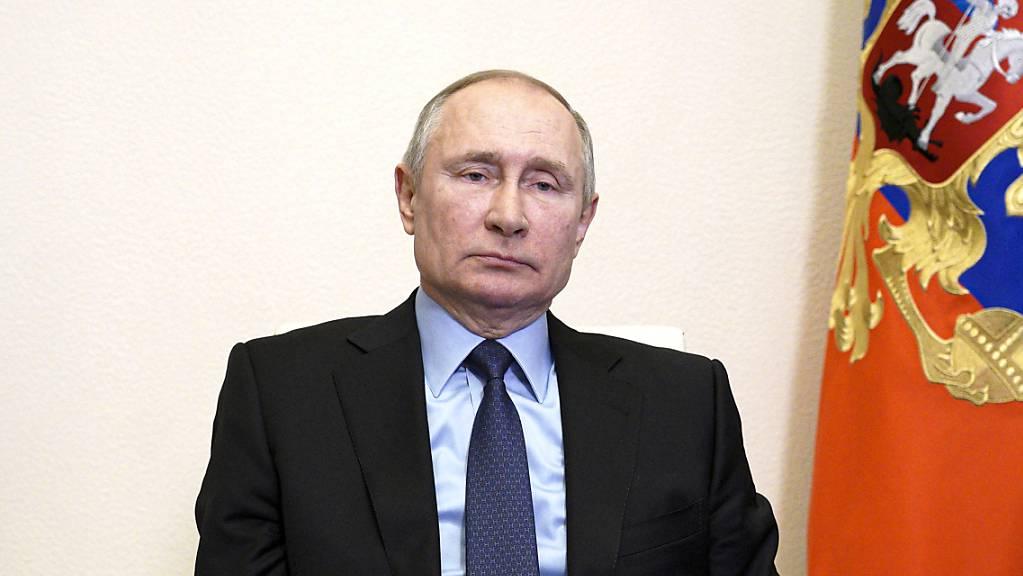 Wladimir Putin, Präsident von Russland, bei einer Videokonferenz in seiner Vorstadtresidenz Nowo-Ogarjow.