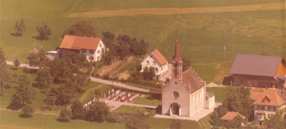 Wurde gesprengt: die alte Kirche mit dem Pfarrhaus, Foto aus den 1960er-Jahren. zvg