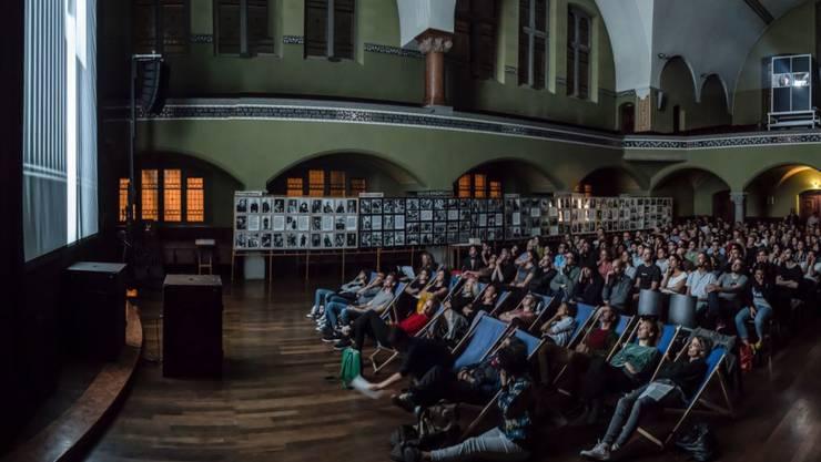 Einer der Höhepunkte des am Sonntag zu Ende gegangenen Experimentalfilm-Festivals Videoex war die Vertical Cinema Projektion in der St. Jakob Kirche am Stauffacher: eine Vorführung von speziell dafür geschaffenen Filmen auf einer gekippten, zwölf Meter hohen Leinwand. (Pressebild)