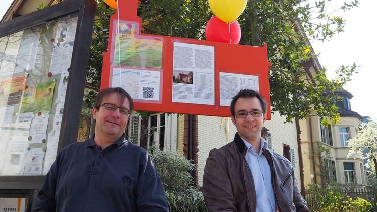 Überall in der Stadt machen Informationstafeln auf das Jubiläumsjahr aufmerksam. Gestaltet hat die Tafeln Reto Michel (links), die Texte stammen von Historiker Titus Meier. zvg