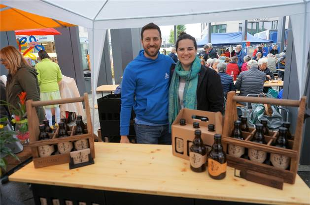 Robin Rüegger und Laura Stehrenberger verkaufen den Dietiker Cider, der mit Äpfeln vom Hof Bräm gemacht wird. Neu gibt es auch Ingwer-Cider.