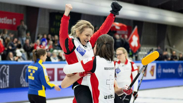 Silvana Tirinzoni (l.) springt Esther Neuenschwander (r.) nach dem Sieg in die Arme.
