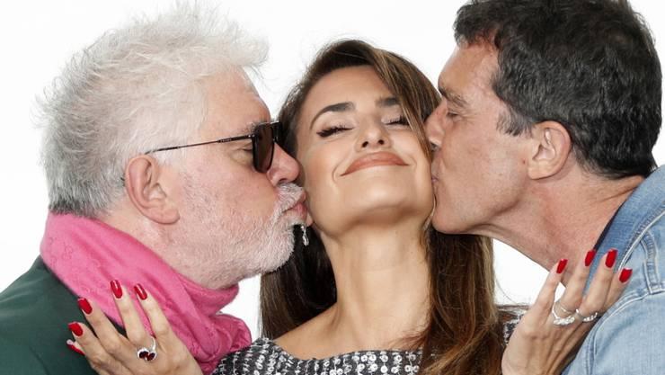 """In Cannes im Wettbewerb steht der Film """"Dolor  y Gloria"""" des spanischen Regisseurs Pedro Almodovar (links). Im Film wirken mit die spanische Schauspielerin Penelope Cruz (Mitte) und der spanische Schauspieler  Antonio Banderas (rechts)."""